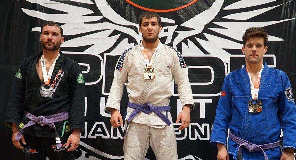 Кыргызстанский спортсмен Абдурахманхаджи Муртазалиев (в центре). Архивное фото