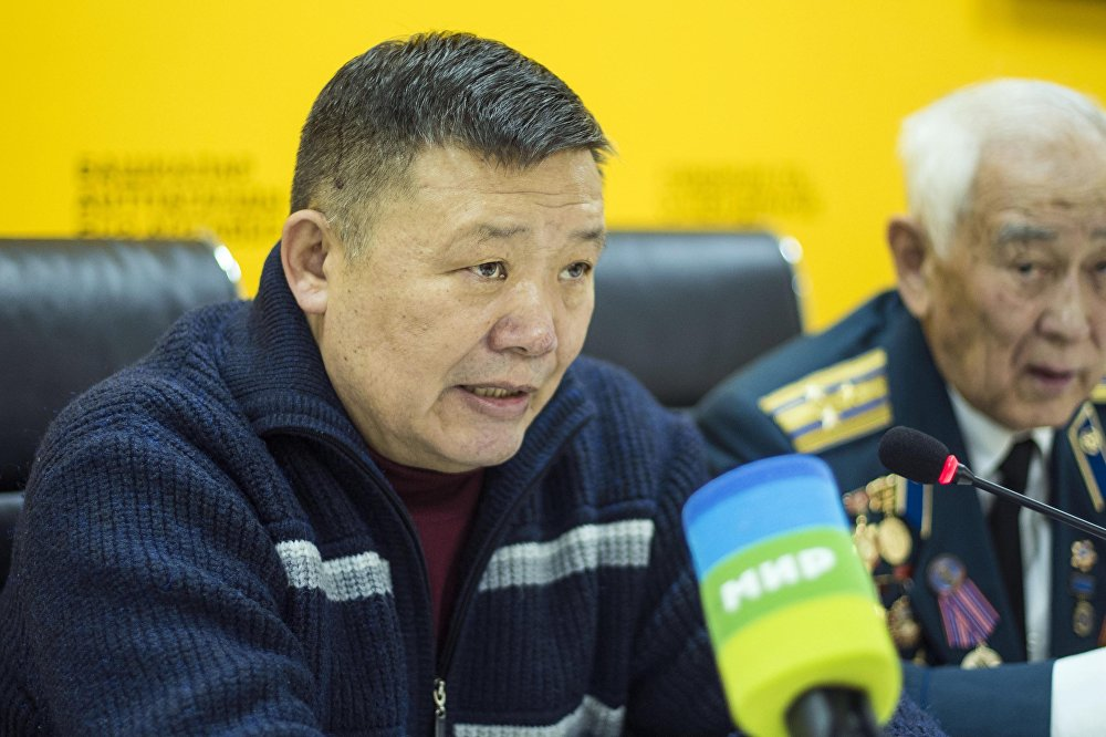 Политолог Токтогул Какчекеев в мультимедийном центре Sputnik Кыргызстан во время видеоконференции