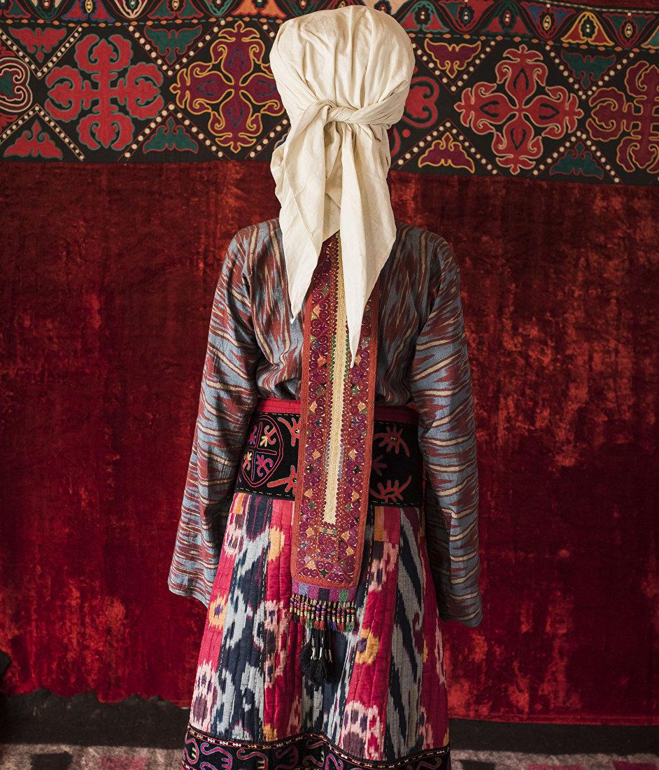 Девушка демонстрирует кыргызский национальный вид украшения — Чачпак