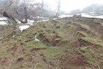 Ош облусунун Өзгөн районундагы Чаңгет айыл аймагынын Өстүрүү айылында Шоро жана Допу участкасынын жогору жагында жер сүрүлүп жаткандыгы байкалган