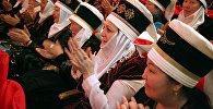 Более 800 жительниц Оша в преддверии 8 Марта получили элечеки во время церемонии в Ошском национальном драматическом театре.