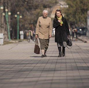 Женщины идут по улице. Архивное фото