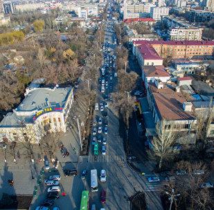 Вид с высоты на автомобильный затор на одной из улиц Бишкека. Архивное фото