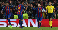 Нападющий Барселоны Лионель Месси отмечает свой третий гол французскому Пари Сен-Жермен в ответном матче 1/8 финала Лиги чемпионов