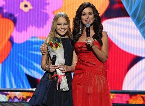 Выступление конкурсанток музыкального шоу Ты супер! на сцене Государственного Кремлевского дворца