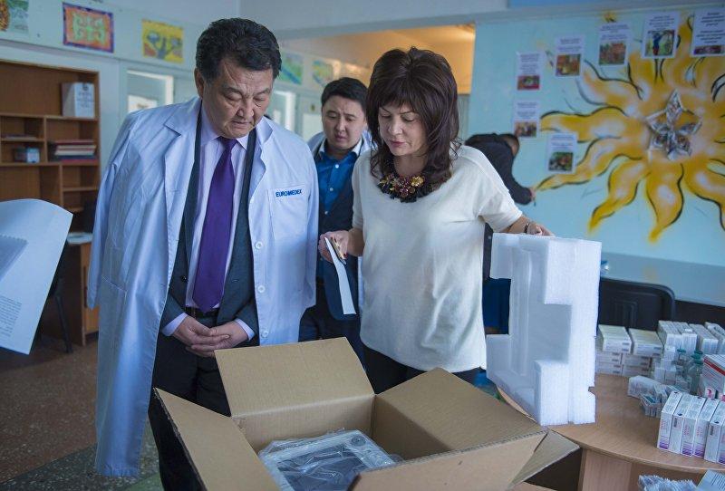 Министр здравоохранения Кыргызстана Талантбек Батыралиев во время передачи лекарств, купленных на деньги, собранные на благотворительном мероприятии