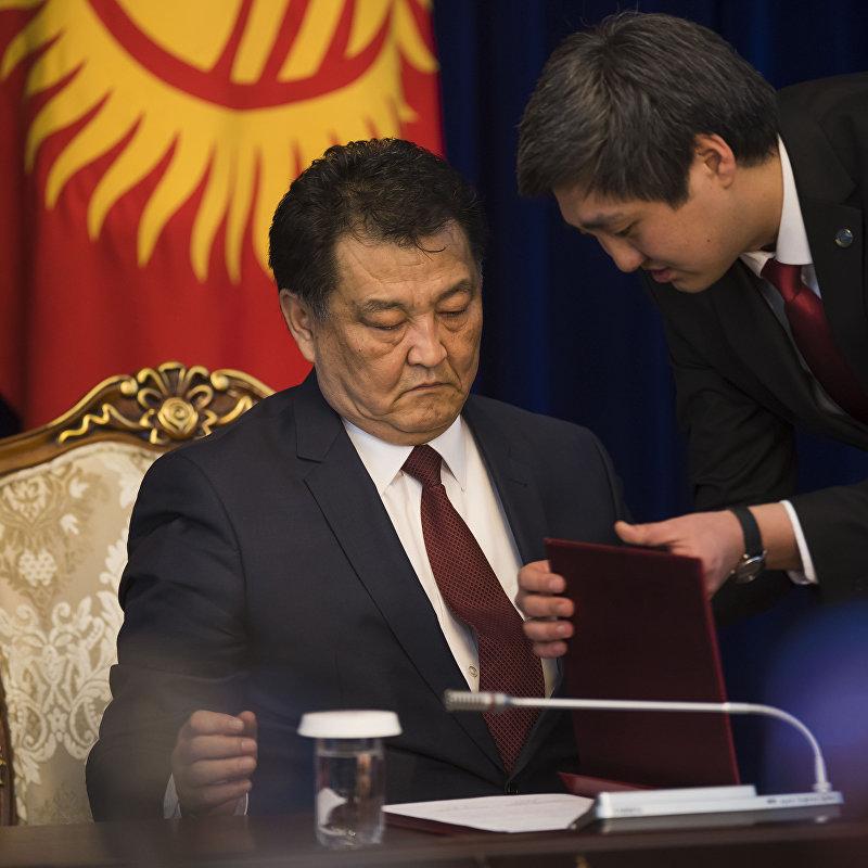 Министр здравоохранения Кыргызстана Талантбек Батыралиев подписывает один из документов в рамках официального визита Путина
