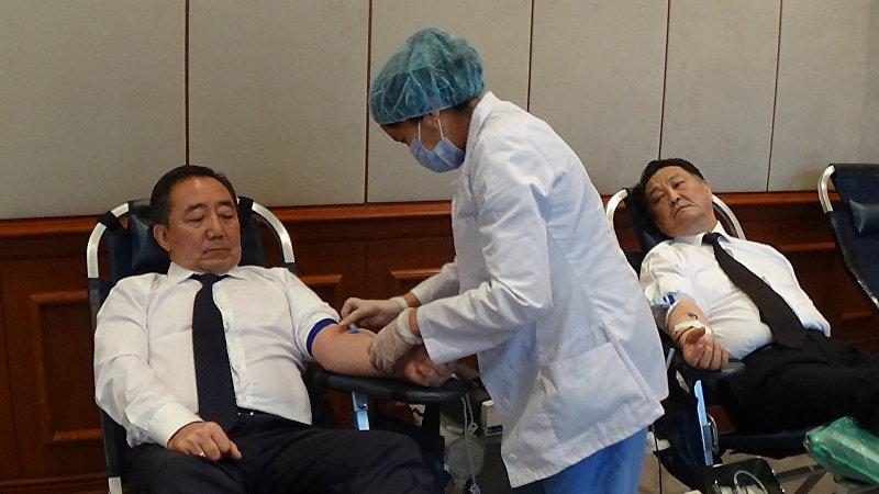 Экс-министр труда и социального развития Кудайберген Базарбаев и министр здравоохранения Талантбек Батыралиев приняли участие в акции сдачи крови