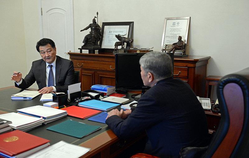 Министр здравоохранения Кыргызстана Талантбек Батыралиев во время встречи с Алмазбеком Атамбаевым