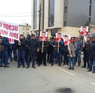 Сторонники Омурбека Текебаева на митинге у здания городского суда в Бишкеке