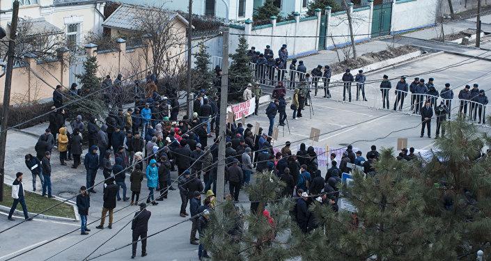 На митинг собралось около ста человек