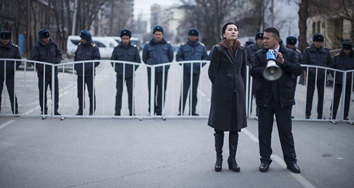 Адвокаты отметили, что требуют избрать Текебаеву меру пресечения в виде домашнего ареста. Протестующие выкрикивают требования отставки президента Кыргызстана, генпрокурора и главы ГКНБ.