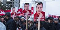 Сторонники депутата Омурбека Текебаева с плакатами на митинге. Архивное фото