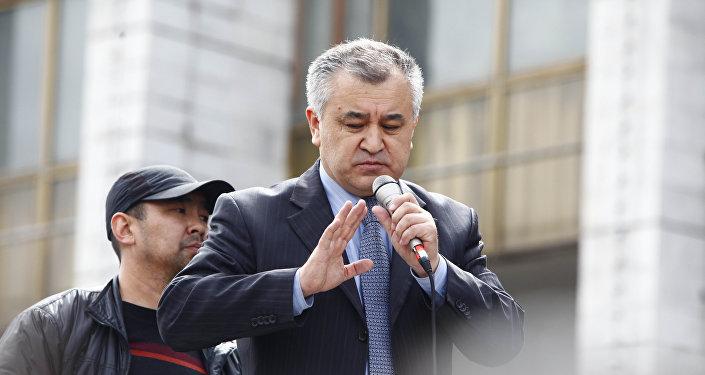 Жогорку Кеңештин экс-төрагалары Өмүрбек Текебаевдин архивдик сүрөтү