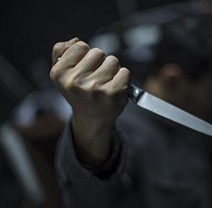 Мужчина с ножем в руке. Архивное фото