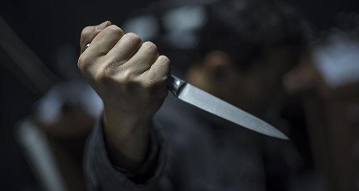 Мужчина с кухонным ножом в руках. Архивное фото