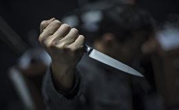 Мужчина с кухонным ножом в руке. Архивное фото