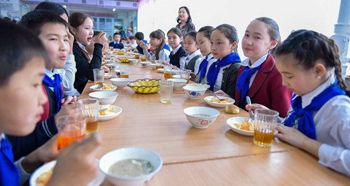 Школьники обедают в столовой. Архивное фото