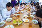 Школьники обедают в столовой в школе-гимназии №64 на презентации новой модели питания  и запуск пилотного проекта ВПП ООН Оптимизация программы школьного питания в КР.