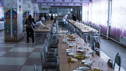 Работники столовой в школе. Архивное фото