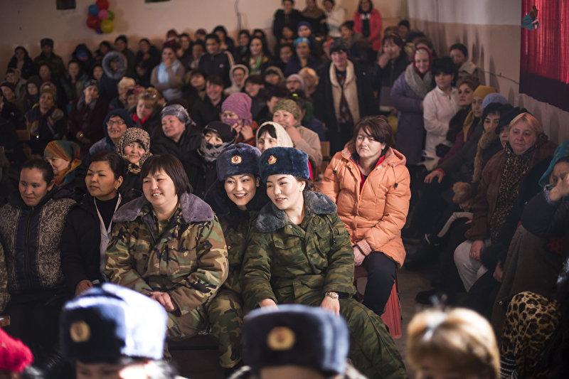 Зрители на конкурсе красоты и талантов среди осужденных в преддверии 8 Марта в женской колонии №2 под Бишкеком