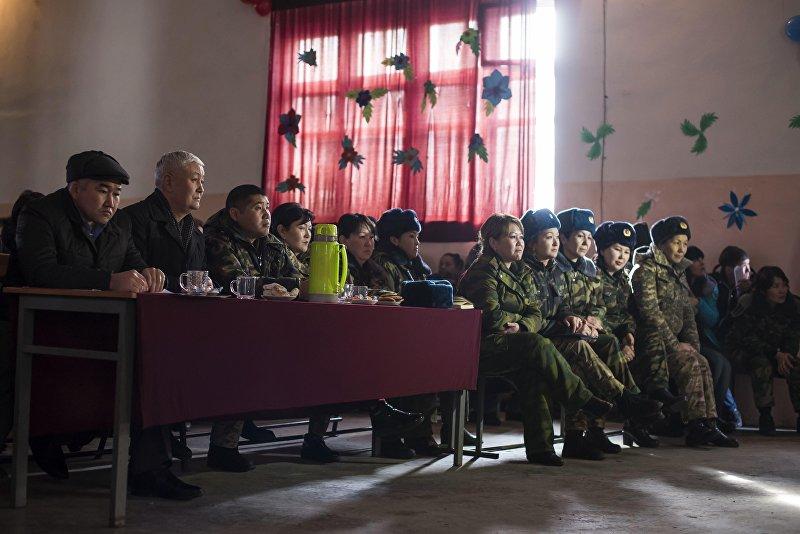 Зрители на конкурсе красоты и талантов среди осужденных в женской колонии №2 под Бишкеком