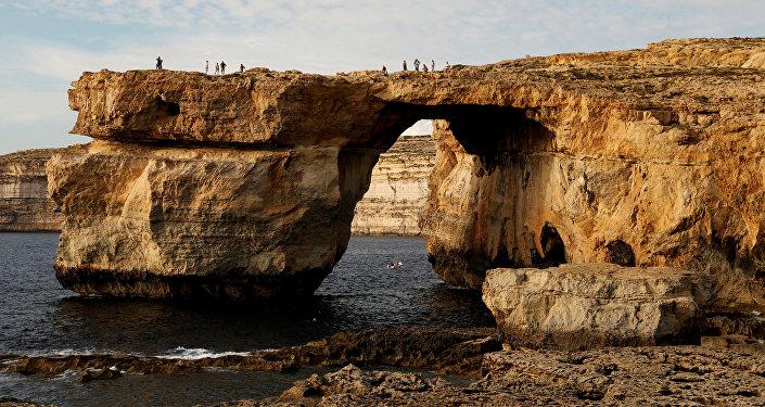 Мальта аралындагы арка формасындагы Көгүлтүр тезере аскасы. Архив