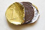 Евро монетасына окшошуп жасалган шоколад. Архивдик сүрөт