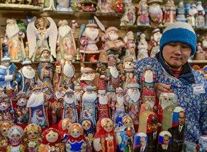 Продавец сувениров на рынке. Архивное фото