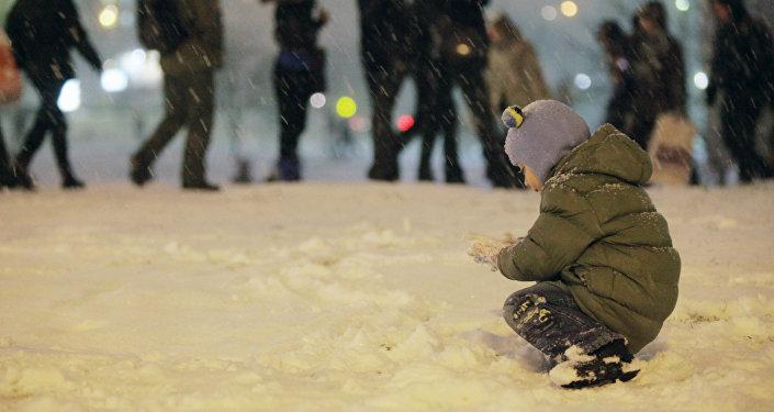 Ребенок играет на улице. Архивное фото