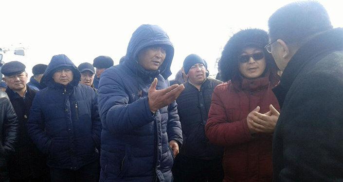 По словам дальнобойщиков, китайская сторона не впускает машины кыргызстанцев и требует оборудовать бортовые грузовики контейнерами