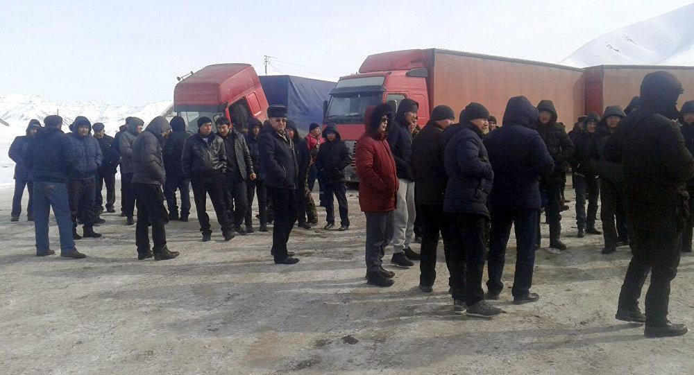 Дальнобойщики, перевозящие груз из Китая во время митинга в Нарыне