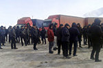 Кытайдан жүк ташыган айдоочулар Нарын шаарында митингге чыккан