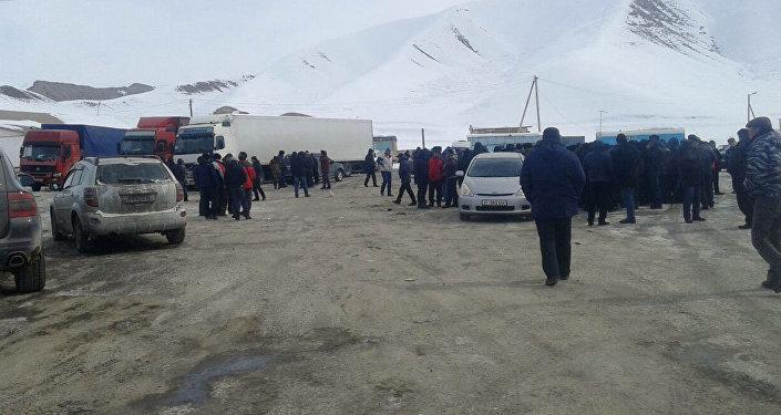 Водители большегрузных машин вышли на митинг в городе Нарыне