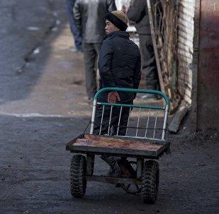 Мальчик с тачкой на одном из рынков Бишкека. Архивное фото