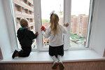 Дети у окна. Архивное фото
