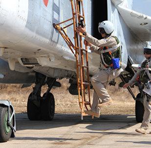 Российские летчики садятся в самолет Су-24 перед вылетом с аэродрома Хмеймим в Сирии. Архивное фото