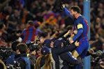 Футболист Барселоны Лионель Месси празднуют победу в 1/8 финала Лиги чемпионов над французским клубом Пари Сен-Жермен. Игра, прошедшая на стадионе Камп Ноу в Барселоне, завершилась победой хозяев поля со счетом 6:1. Первая игра, прошедшая в Париже, завершилась победой Пари Сен-Жермена (4:0). Таким образом, в четвертьфинал вышла Барселона, одержавшая победу в двухматчевом противостоянии со счетом 6:5