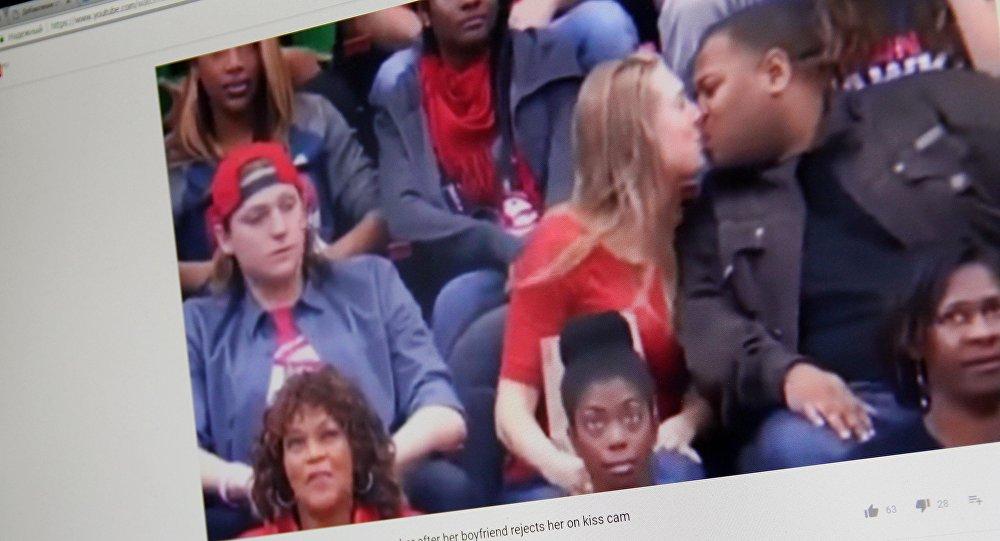 Герои Kiss Cam: девушка вместо своего молодого человека поцеловала другого