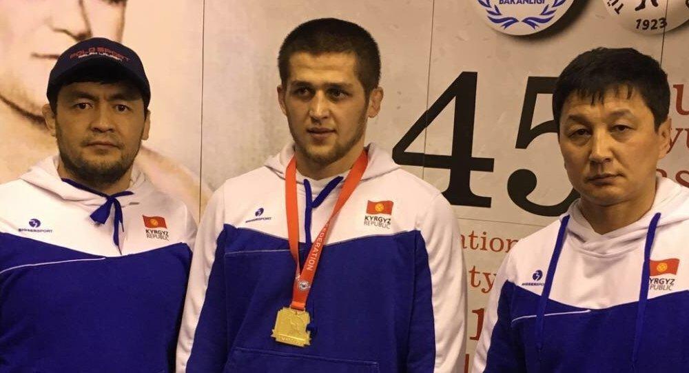 Кыргызстанский борец Муслим Евлаев (в центре). Архивное фото