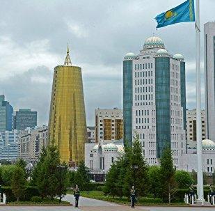 Флаг и герб Казахстана в городе Астана. Архивное фото
