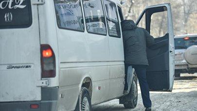 Пассажир садится в маршрутку. Архивное фото