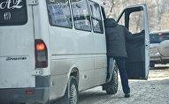 Пассажир садится на маршрутку в Бишкек. Архивное фото