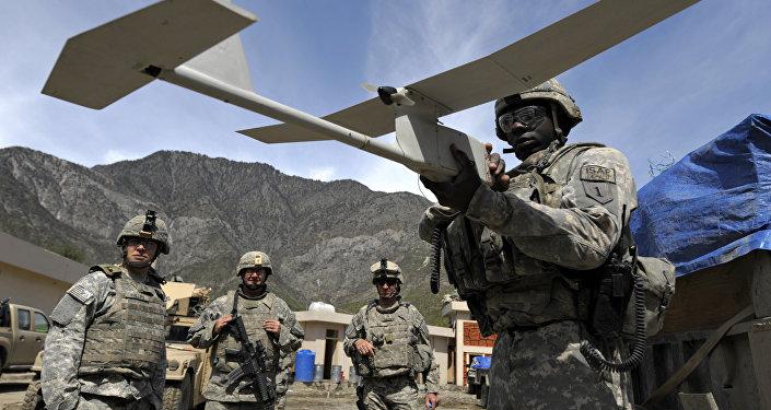 Американский военнослужащий с беспилотником. Архивное фото