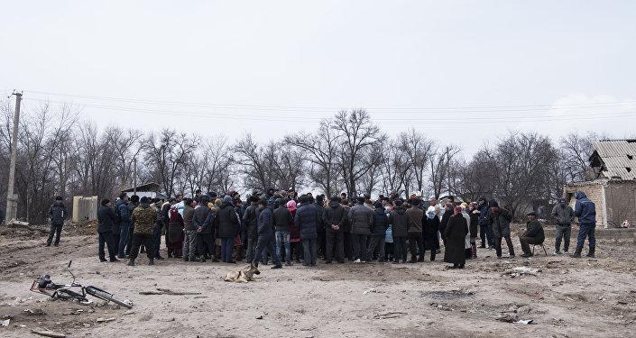 Жители поселка Дача СУ под Бишкеком, где в январе разбился самолет, требуют выплатить им компенсацию и переселить в безопасное место.