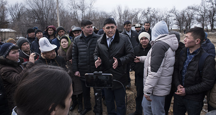Аким Сокулукского района Болот Сатыкеев на митинге в Дача СУ
