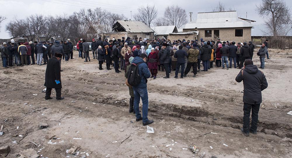 Жители поселка Дача СУ под Бишкеком, где в январе разбился самолет, требуют выплатить им компенсацию и переселить в безопасное место
