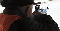 Охотник стреляет из ружья. Архивное фото