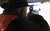 Охотник держит винтовку во время охоты. Архивное фото