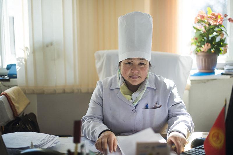 Главный врач республиканской психиатрической больницы в селе Чым-Коргон Гульжамал Каргабаева в рабочем кабинете